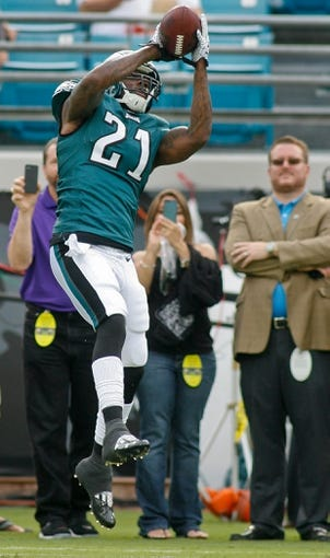 Aug 24, 2013; Jacksonville, FL, USA; Philadelphia Eagles safety Kenny Phillips (21) catchers a pass prior to the start of their game against the Jacksonville Jaguars at EverBank Field. The Philadelphia Eagles beat the Jacksonville Jaguars 31-24. Mandatory Credit: Phil Sears-USA TODAY Sports