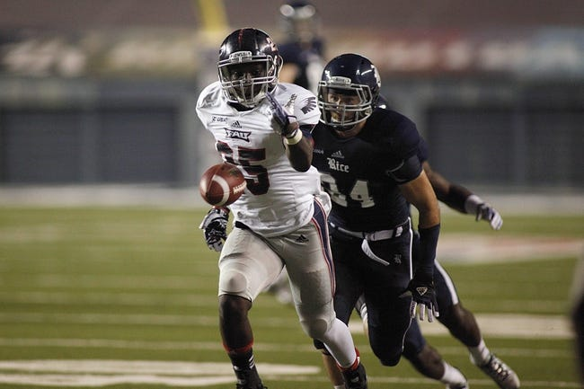 Sep 28, 2013; Houston, TX, USA; Florida Atlantic Owls running back Jay Warren (25) cannot get to the pass against the Rice Owls during the fourth quarter at Rice Stadium. Mandatory Credit: Andrew Richardson-USA TODAY Sports