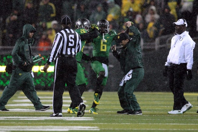 Sep 28, 2013; Eugene, OR, USA; Oregon Ducks running back De'Anthony Thomas (6) is assisted off the field after the first play of the game against the California Golden Bears at Autzen Stadium. Mandatory Credit: Scott Olmos-USA TODAY Sports