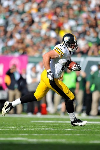Oct 13, 2013; East Rutherford, NJ, USA; Pittsburgh Steelers tight end Heath Miller (83) runs after making a catch against the New York Jets at MetLife Stadium. The Steelers won the game 19-6. Mandatory Credit: Joe Camporeale-USA TODAY Sports