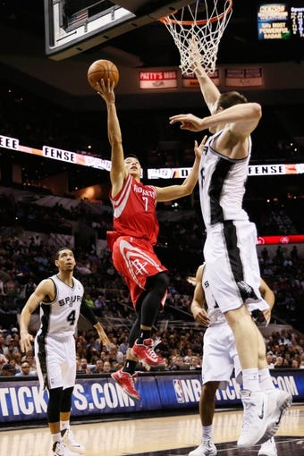 Oct 24, 2013; San Antonio, TX, USA; Houston Rockets guard Jeremy Lin (7) drives to the basket under pressure from San Antonio Spurs forward Aron Baynes (right) during the second half at AT&T Center. The Rockets won 109-92. Mandatory Credit: Soobum Im-USA TODAY Sports