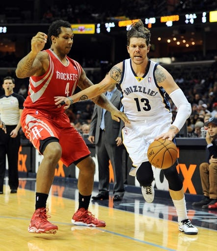 Oct 25, 2013; Memphis, TN, USA; Memphis Grizzlies small forward Mike Miller (13) handles the ball against Houston Rockets power forward Greg Smith (4) during the second quarter at FedExForum. Mandatory Credit: Justin Ford-USA TODAY Sports