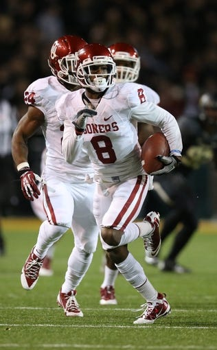 Nov 7, 2013; Waco, TX, USA; Oklahoma Sooners receiver Jalen Saunders (8) returns a kick-off in the second quarter against Baylor Bears defender Darius Jones (7) at Floyd Casey Stadium. Mandatory Credit: Matthew Emmons-USA TODAY Sports