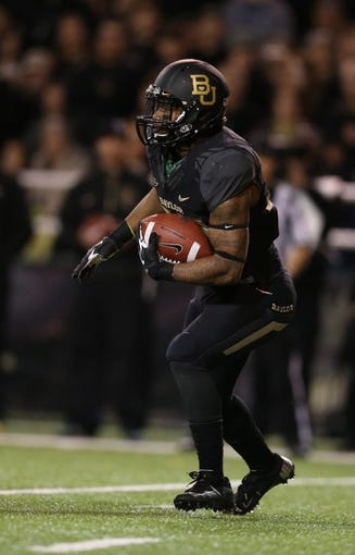 Nov 7, 2013; Waco, TX, USA; Baylor Bears running back Shock Linwood (32) runs with the ball against the Oklahoma Sooners at Floyd Casey Stadium. Mandatory Credit: Matthew Emmons-USA TODAY Sports