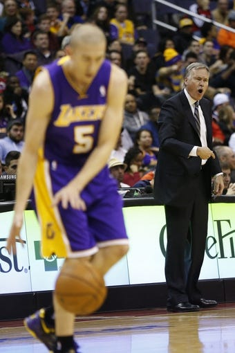 Nov 26, 2013; Washington, DC, USA; Los Angeles Lakers head coach Mike D'Antoni ( r ) yells from the sidelines against the Washington Wizards in the second quarter at Verizon Center. The Wizards won 116-111. Mandatory Credit: Geoff Burke-USA TODAY Sports