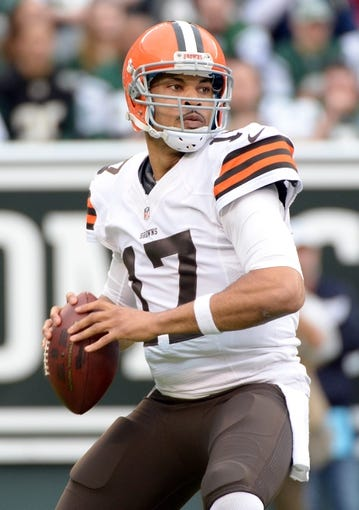 Dec 22, 2013; East Rutherford, NJ, USA; Cleveland Browns quarterback Jason Campbell throws a pass against the New York Jets during the game at MetLife Stadium. Mandatory Credit: Robert Deutsch-USA TODAY Sports