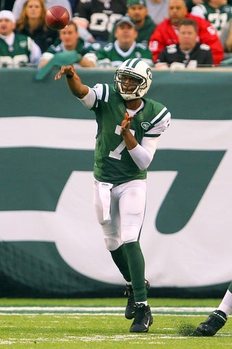Dec 22, 2013; East Rutherford, NJ, USA; New York Jets quarterback Geno Smith (7) throws a pass during the second half of their game against the Cleveland Browns at MetLife Stadium.  The Jets defeated the Browns 24-13.  Mandatory Credit: Ed Mulholland-USA TODAY Sports