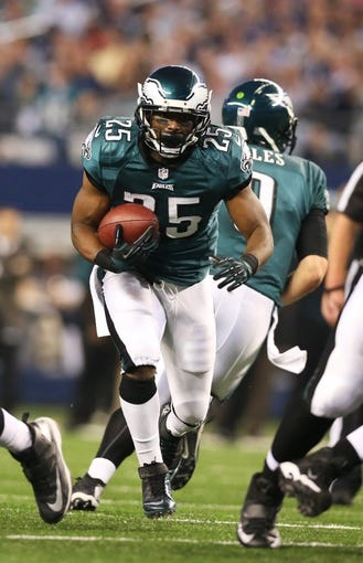 Dec 29, 2013; Arlington, TX, USA; Philadelphia Eagles running back LeSean McCoy (25) runs with the ball against the Dallas Cowboys at AT&T Stadium. Mandatory Credit: Matthew Emmons-USA TODAY Sports