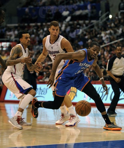 Apr 9, 2014; Los Angeles, CA, USA; Oklahoma City Thunder forward Kevin Durant (35) loses the ball in front of Los Angeles Clippers forward Blake Griffin (32) and forward Matt Barnes (22) during the second quarter at Staples Center. Mandatory Credit: Kelvin Kuo-USA TODAY Sports