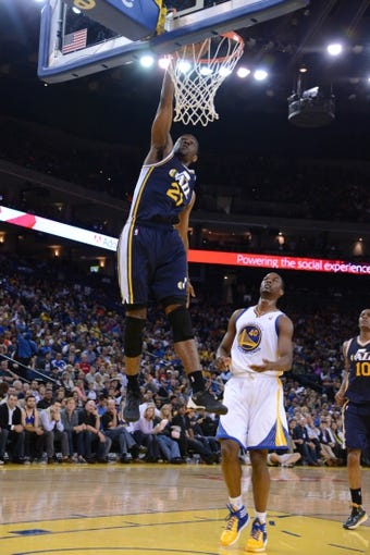 Apr 6, 2014; Oakland, CA, USA; Utah Jazz guard Ian Clark (21) dunks the ball past Golden State Warriors forward Harrison Barnes (40) during the fourth quarter at Oracle Arena. The Warriors defeated the Jazz 130-102. Mandatory Credit: Kyle Terada-USA TODAY Sports